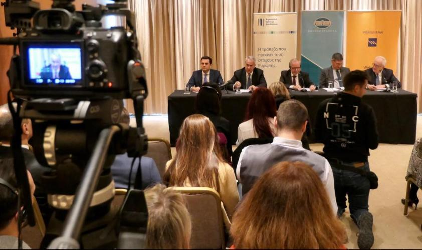 Image: EIB and Greek officials at a press conference. (Credit: European Investment Bank.)
